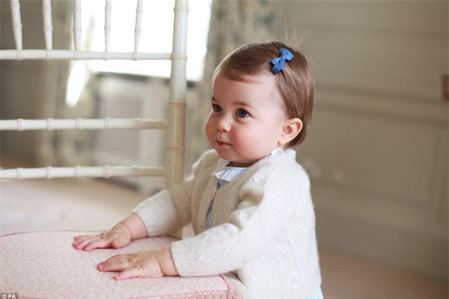 Công chúa nhỏ nước Anh xinh xắn và lớn bổng trong bức ảnh mừng sinh nhật lần thứ 2 - Ảnh 2.