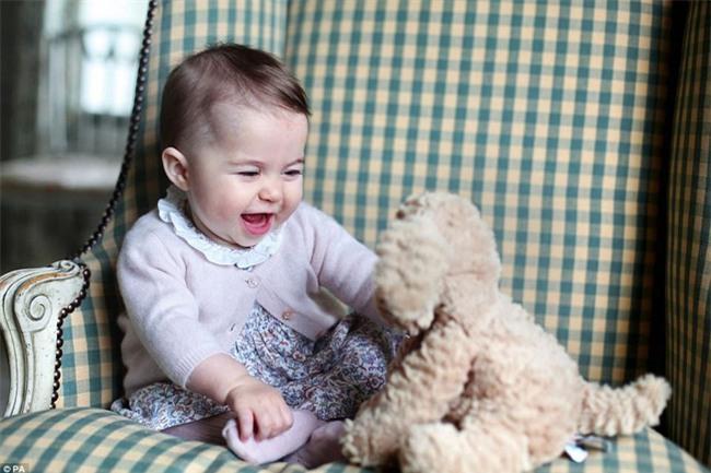 Công chúa nhỏ nước Anh xinh xắn và lớn bổng trong bức ảnh mừng sinh nhật lần thứ 2 - Ảnh 4.