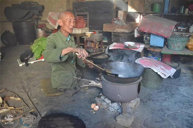Mất cả hai chân, ông lão vẫn chăm sóc gia đình suốt 40 năm - Ảnh 2.
