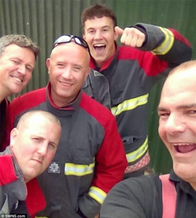 Bé trai 14 tháng tuổi cười nắc nẻ khi 5 nhân viên cứu hỏa ra sức tìm cách cứu cậu bé ra khỏi ô tô - Ảnh 3.