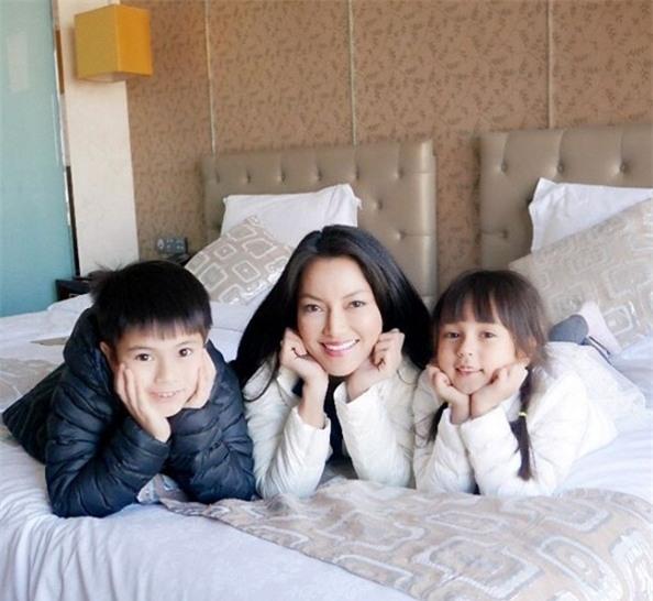 Gia đình nổi tiếng với những gen trội, đẹp đều từ mẹ đến cả con làm cho ai cũng yêu mến.