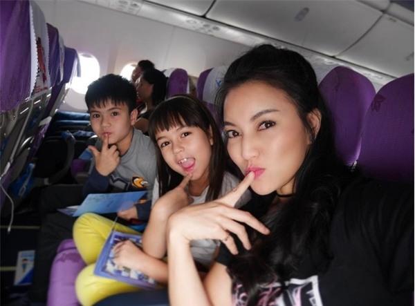 Jenna đi du lịch cùng với mẹ và anh trai. Gia đình vẫn xinh đẹp nổi bật không hề có dấu hiệu thay đổi.