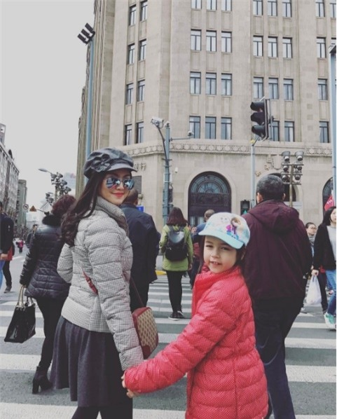 Jenna chụp ảnh cùng mẹ khi đi du lịch.