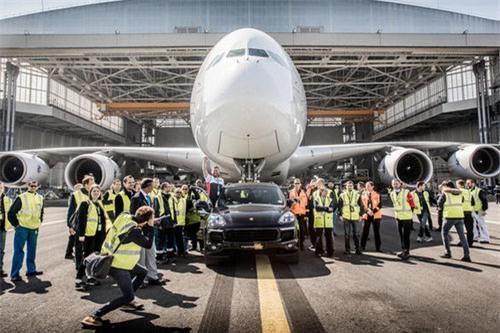 Porsche Cayenne kéo được cả máy bay Airbus - 4