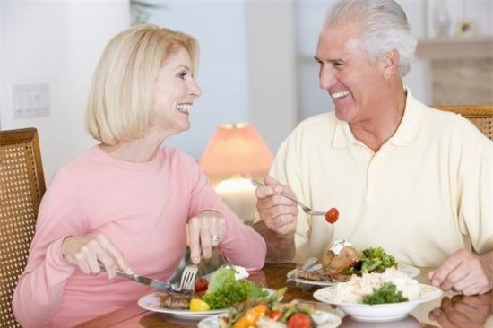 Nếu nhà bạn có người cao tuổi, nhắc họ tuyệt đối không làm 8 việc hại sức khoẻ này - Ảnh 2.