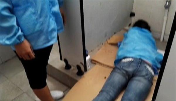 Móc điện thoại rơi vào bồn cầu, nữ công nhân bị kẹt tay gần 1 tiếng trong nhà vệ sinh - Ảnh 2.