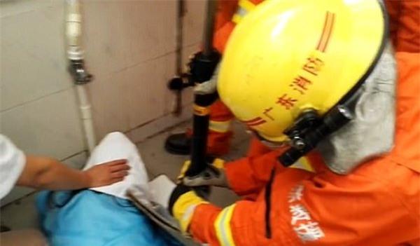 Móc điện thoại rơi vào bồn cầu, nữ công nhân bị kẹt tay gần 1 tiếng trong nhà vệ sinh - Ảnh 3.
