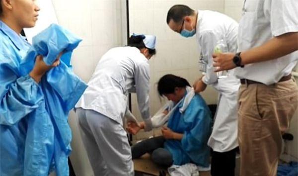 Móc điện thoại rơi vào bồn cầu, nữ công nhân bị kẹt tay gần 1 tiếng trong nhà vệ sinh - Ảnh 5.