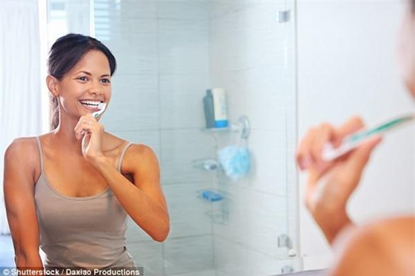 Lời khuyên chuyên gia: Muốn bảo vệ sức khỏe răng miệng, hãy chải răng bằng nước ấm - Ảnh 1.