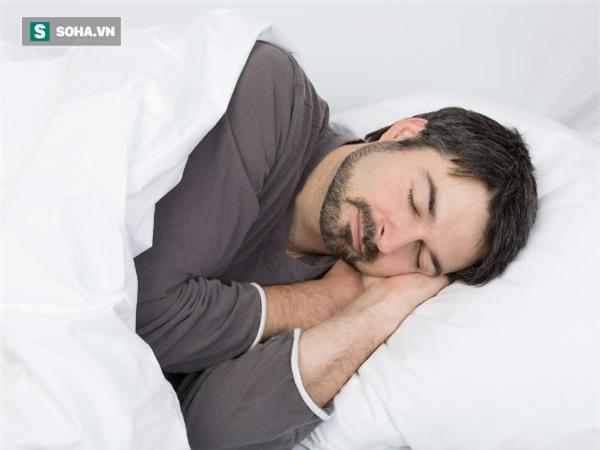 10 thói quen nguy hiểm trước khi đi ngủ: Xem mình mắc bao nhiêu lỗi để từ đó còn tránh - Ảnh 1.