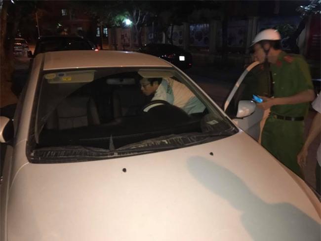 Hà Nội: Người đàn ông mắc bệnh tâm thần trộm xe ô tô đang đỗ trên đường Hồ Tùng Mậu rồi vứt ven đường - Ảnh 2.