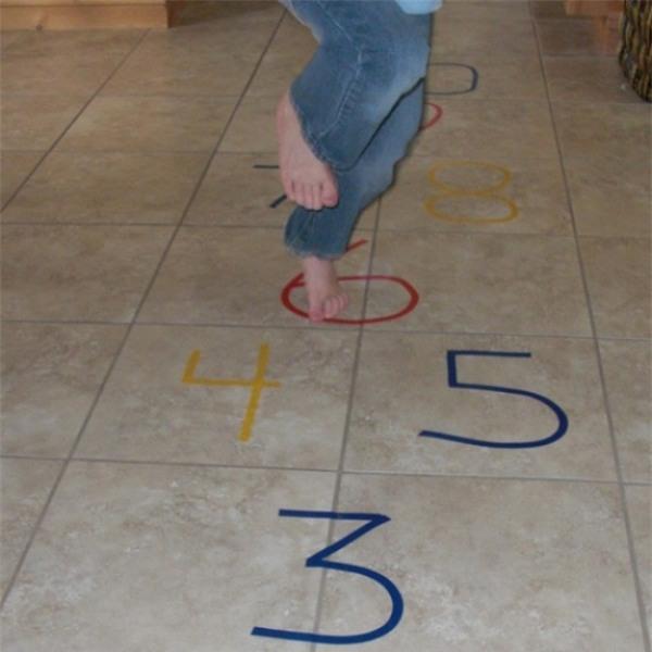 Nhảy lò cò: Đây là trò chơi cực kỳ đơn giản nhưng trẻ nào cũng thích. Chỉ cần dùng phấn màu vẽ những con số lên những viên gạch ở sàn nhà là trẻ có thể bắt đầu trò chơi được rồi.