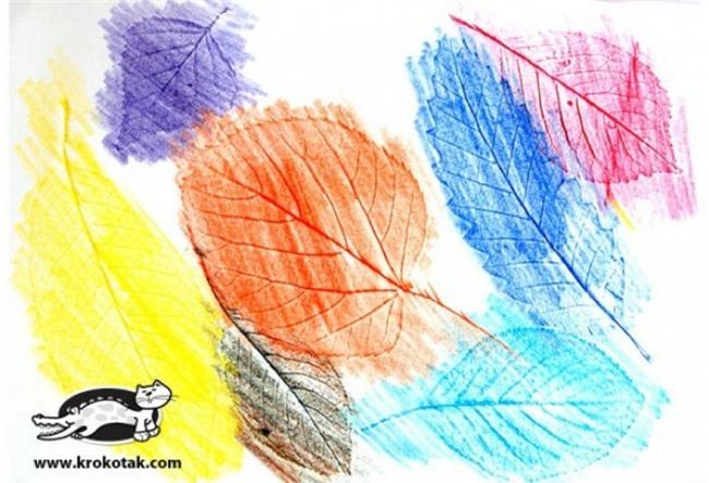 Vẽ lá: Mẹ và bé nhặt lá ở ngoài công viên hoặc ở vườn, mang về rửa sạch bụi bẩn bám ở trên lá. Có thể dùng bàn là để làm phẳng và khô lá. Sau đó, đặt lá ở giữa 2 mặt của một tờ giấy gấp đôi, đồng thời bạn hãy đưa cho trẻ một cây bút chì màu mềm và giao cho trẻ nhiệm vụ phác họa lại hình dáng của chiếc lá. Trẻ sẽ thích mê trò chơi làm họa sĩ này.