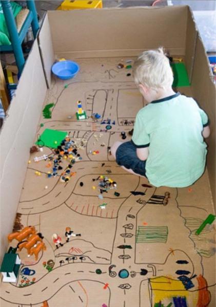 Thành phố nhỏ nằm trong lòng hộp các-tông lớn: Tìm một hộp các-tông lớn và cùng trẻ vẽ một thành phố bên trong đó. Đây sẽ là nguồn cảm hứng tuyệt vời để con bạn có thể chơi với những chiếc xe đồ chơi của chúng cả ngày.