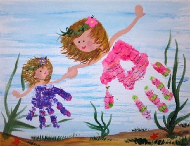Bạn có thể sử dụng bàn tay và bàn chân của bạn hoặc của trẻ để làm ra hàng chục các tác phẩm nghệ thuật khác nhau. Việc cần làm là nhúng tay, chân của bạn và trẻ trong sơn rồi in nó lên giấy.