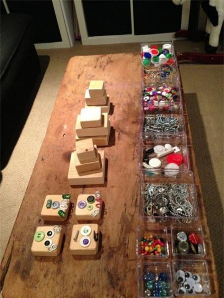 Trò chơi tự do sáng tạo: Bạn chỉ cần thu thập một số cúc áo, hạt, nắp khui bia và nắp chai, cùng các đồ vật tương tự nằm trong nhà là đã có thể tạo ra một trò chơi lý tưởng giúp con bạn bận rộn cả ngày. Không những thế, trò chơi này còn kích thích trí tưởng tượng của trẻ và giúp trẻ ngày một khéo tay hơn.