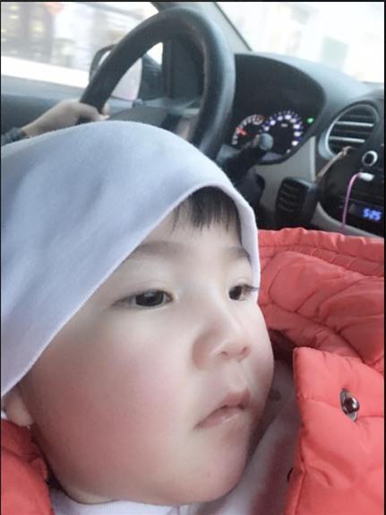 Clip: Em bé Lào Cai suy dinh dưỡng ngày nào nay đã biết cười vui bên mẹ nuôi 9X - Ảnh 2.