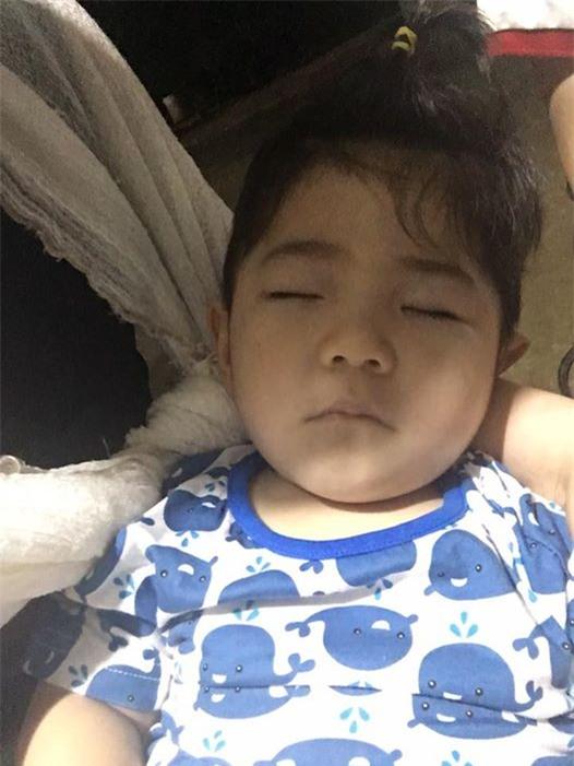 Clip: Em bé Lào Cai suy dinh dưỡng ngày nào nay đã biết cười vui bên mẹ nuôi 9X - Ảnh 3.