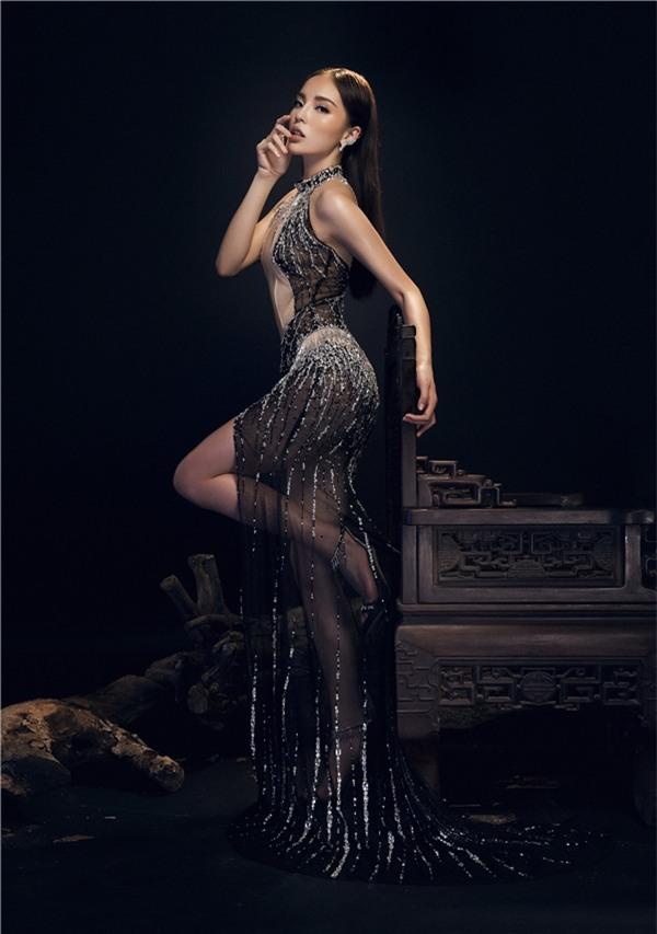 Thiết kế xẻ ngực táo bạo gam tối này, kết hợp cùng biểu cảm của Kỳ Duyên như đưa người xem vào một không gian huyền ảo. Bộ váy bó sát, tôn lên đường cong đầy mê mặc của người mặc.