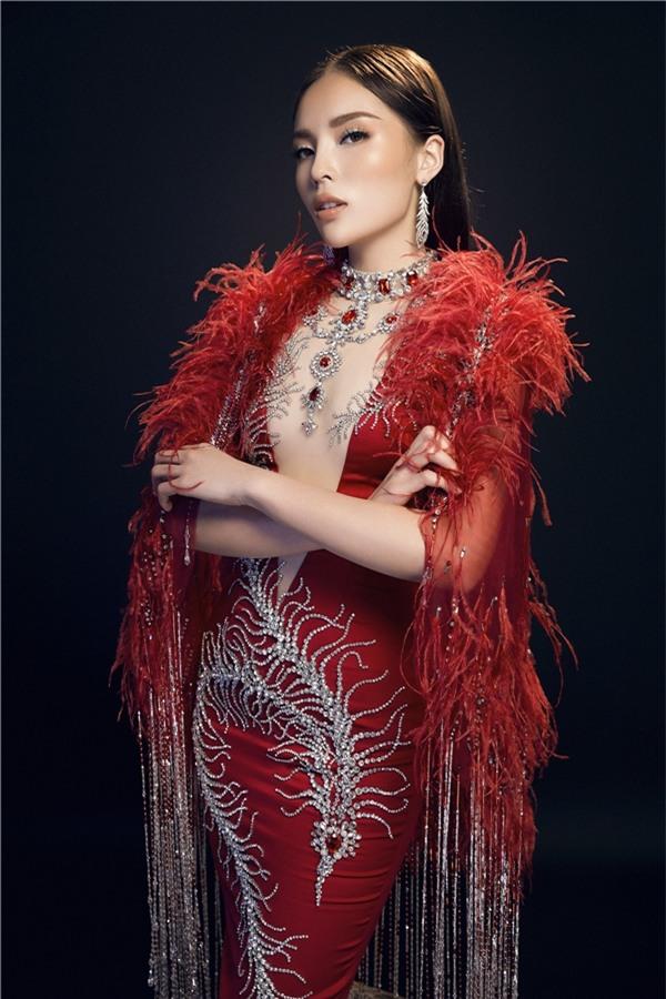 Kiểu váy này biếnHoa hậu Việt Nam 2014 thở thành mộtnữthần.Đỗ Long khéo léo phối mẫu váy bút chì cùng lông vũ, là xu hướng thời trang nhiều nhà mốt cao cấp trên thế giới chuộng sử dụng.
