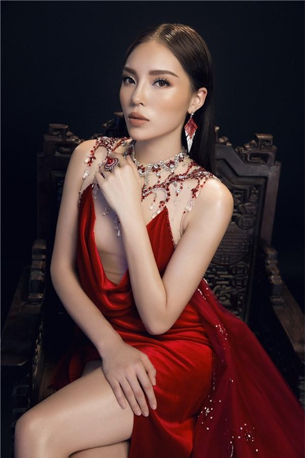 Kỳ Duyên như hoá thành một bông hoa hồng gợi cảm trong thiết kế thứ hai với dáng váy khoét ngực trên nền vải nude.
