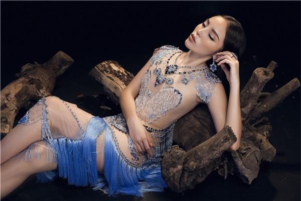 Phom của chiếc váy ảnh hưởng bởi dáng váy của những nữ vũ công Ả-rập, quyến rũ và đầy lôi cuốn. Nhà thiết kế khai thác triệt để công dụng của sequins và pha lê phản quan trên nền vải xuyên thấu nhằm khéo léo tôn lên nét gợi cảm một cách ý nhị.