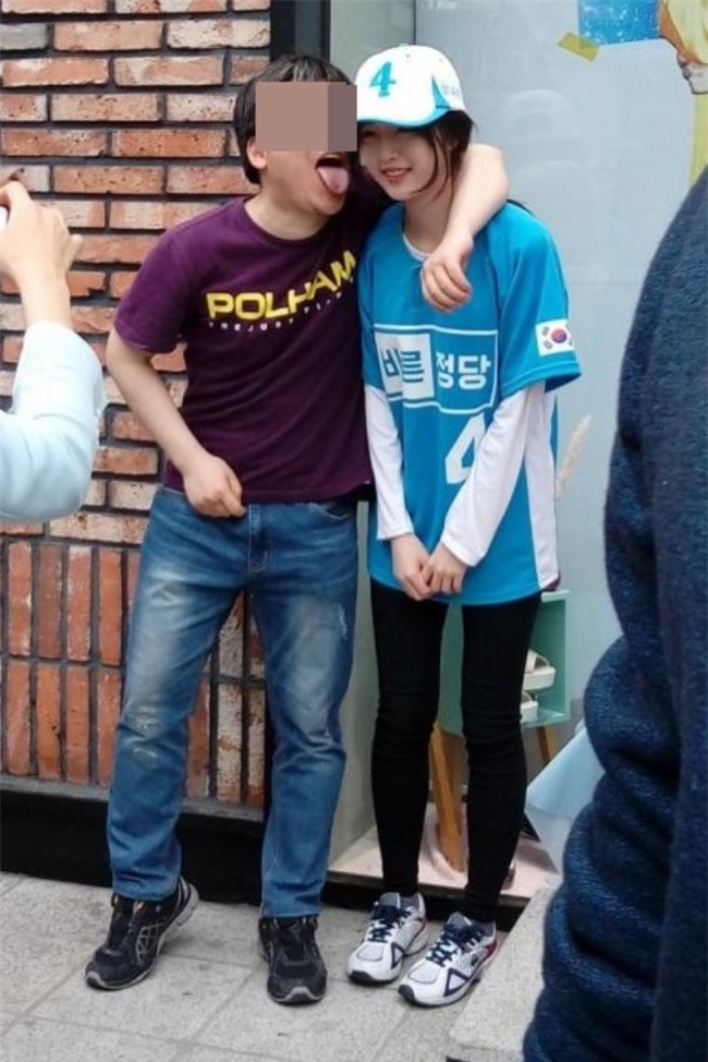 Dispatch: Con gái xinh đẹp của ứng viên tranh cử Tổng thống Hàn Quốc bị quấy rối giữa đường - Ảnh 1.