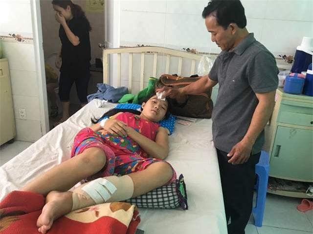 Em Nguyễn Thị Hòa Nhã đã phải trải qua nhiều cuộc phẫu thuật ở nhiều bệnh viện nhưng đến nay em vẫn phải nằm một chỗ
