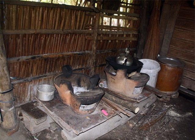 Gia đình anh Cường nghèo đến mức chiếc quạt điện hay nồi cơm điện cũng không sắm nổi