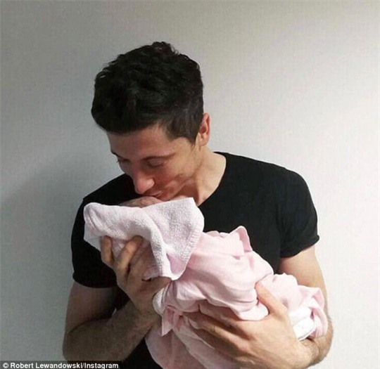 Lewandowski hạnh phúc bên con gái