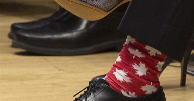 Thủ tướng điển trai của Canada đi tất hoạt hình 2 màu trong cuộc gặp Thủ tướng Ireland - Ảnh 5.