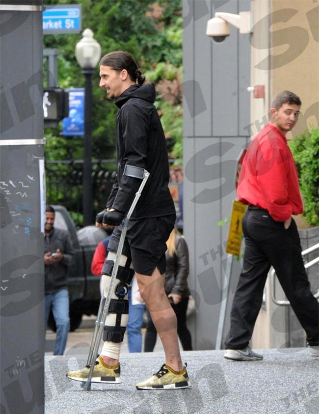 Ibrahimovic băng bó một bên chân, phải đi nạng sau phẫu thuật - Ảnh 1.