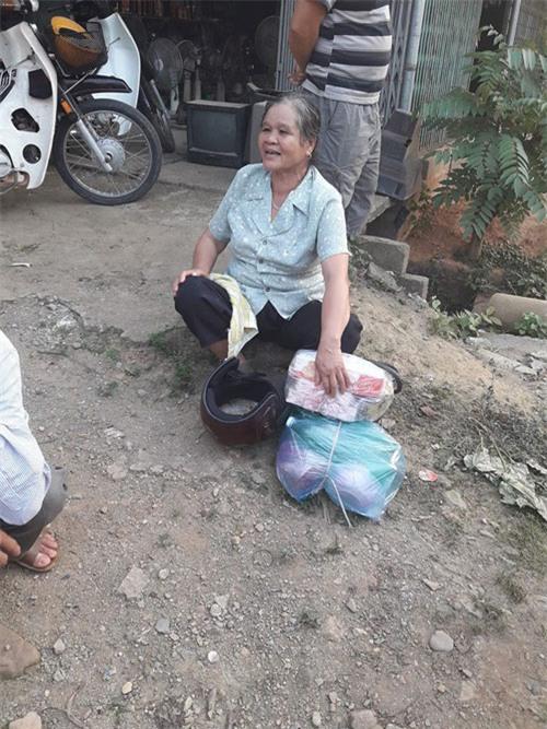 chuyen that nhu dua: chong di xe may roi mat vo giua duong khong biet - 2