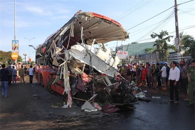 Hiện trường vụ TNGT thảm khốc tại Gia Lai rạng sáng ngày 7/5 (ảnh: Phạm Hoàng)