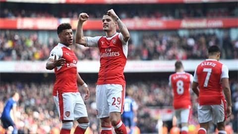 Các cầu thủ Arsenal ăn mừng bàn thắng