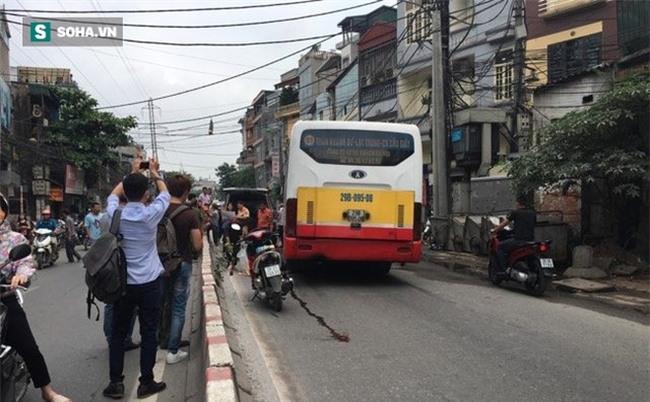 Hà Nội: Văng sang làn đường ngược chiều sau va chạm, nam thanh niên bị xe buýt cán tử vong
