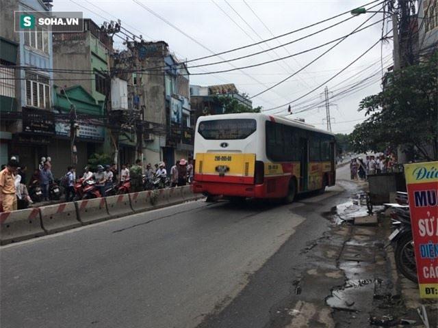 Hà Nội: Văng sang làn đường ngược chiều sau va chạm, nam thanh niên bị xe buýt cán tử vong - Ảnh 1.