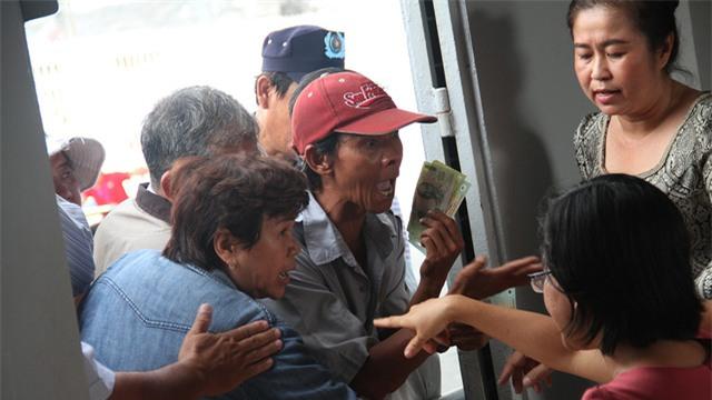 Dân phe còn chen lấn ngay tại quầy bán vé