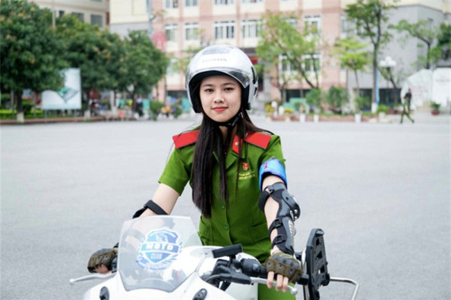 Nữ sinh cảnh sát xinh đẹp giỏi võ thuật, đam mê xe phân khối lớn - Ảnh 1.