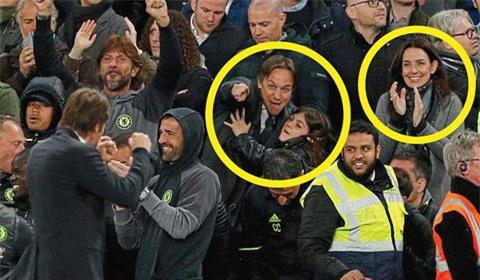 Conte ăn mừng trước sự cổ vũ của vợ và con gái
