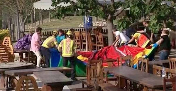 Tây Ban Nha: Lâu đài bơm hơi phát nổ, 7 em nhỏ thương vong - Ảnh 1.