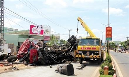 Lực lượng chức năng đến giải phóng hiện trường vụ tai nạn. Ảnh: Kim Văn.