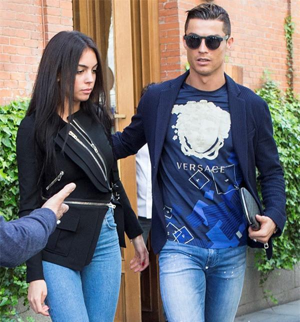 Ronaldo va ban gai nong bong trong ky nghi ngan ngay hinh anh 1