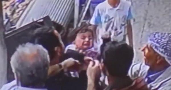 Bé gái thoát chết dù bị ngã từ ban công chung cư nhờ hành động giải cứu thông minh của những người qua đường - Ảnh 5.