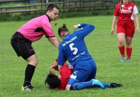 Nữ cầu thủ hạ knock-out đối phương ngay trước mặt trọng tài - Ảnh 1.