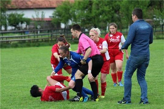 Nữ cầu thủ hạ knock-out đối phương ngay trước mặt trọng tài - Ảnh 2.