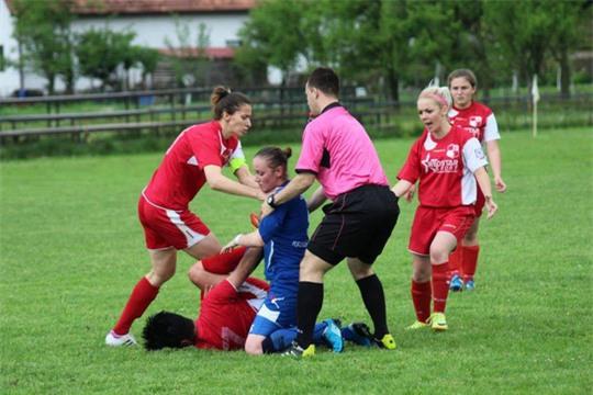 Nữ cầu thủ hạ knock-out đối phương ngay trước mặt trọng tài - Ảnh 3.