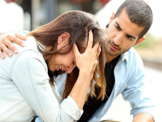 Bỗng một ngày bạn gái chạy đến khóc lóc và kể lể với tôi chuyện sét đánh này - Ảnh 1.
