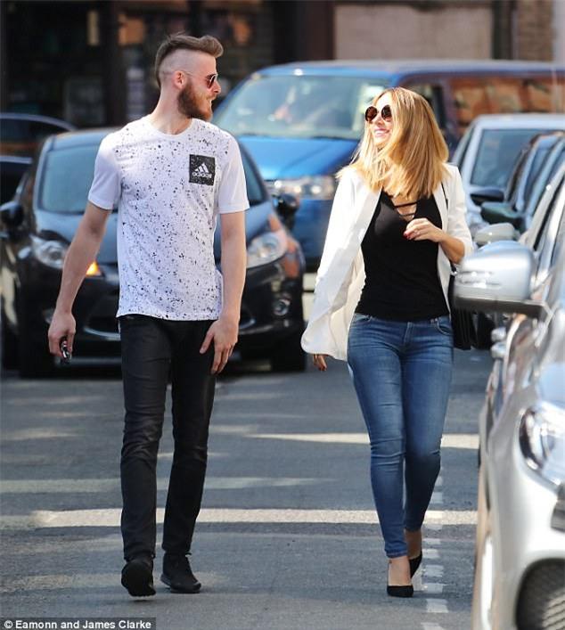 Bị Mourinho bỏ rơi, De Gea thảnh thơi dạo bước bên bạn gái thiên thần - Ảnh 1.