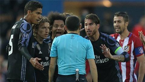 Trận đấu trở nên nóng lên sau 2 bàn thắng từ khá sớm của Atletico